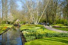 Visitantes en el parque hermoso de Keukenhof Fotos de archivo