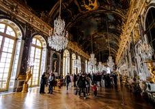 Visitantes en el pasillo del espejo en el palacio de Versalles Imágenes de archivo libres de regalías
