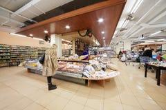 Visitantes en el supermercado Bahetle de la comida Foto de archivo libre de regalías