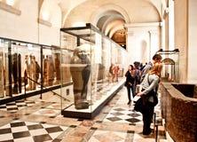 Visitantes en galería antigua de los ataúdes de Egyptain Fotografía de archivo libre de regalías