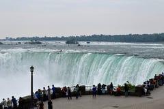 Visitantes en la caída de herradura Niagara Falls Ontario Canadá Foto de archivo