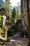 Visitantes en la calzada, parque de la ciudad de la roca, Adrspach, República Checa Foto de archivo