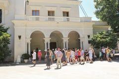 Visitantes en la entrada al palacio Foto de archivo libre de regalías