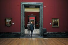 Visitantes en la galería de retrato nacional, Londres Fotos de archivo