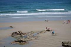 Visitantes en la orilla de la playa de las catedrales en Ribadeo 1 DE AGOSTO DE 2015 Geología, paisajes, viaje, vacaciones, natur fotografía de archivo
