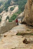 Visitantes en la trayectoria de camas de piedra jain del complejo sittanavasal del templo de la cueva Imagen de archivo