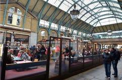 Visitantes en mercados del jardín de Covent en Londres, Reino Unido Foto de archivo libre de regalías