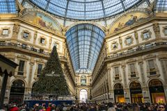 Visitantes en Milán durante la Navidad foto de archivo