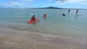 Visitantes en playa de la bahía de la misión en Auckland Nueva Zelanda metrajes
