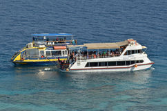 Visitantes en un barco de cristal en Coral Beach Nature Reserve en Eilat, Foto de archivo