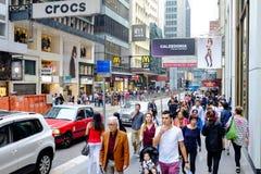 Visitantes en una calle de las compras en Hong Kong, China Fotografía de archivo libre de regalías