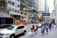 Visitantes en una calle de las compras en Hong Kong, China Imagenes de archivo