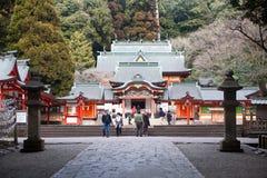 Visitantes en una capilla sintoísta japonesa Imágenes de archivo libres de regalías
