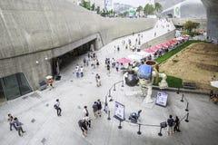 Visitantes fuera de la plaza del diseño de Dongdaemun, Seul, Corea del Sur Imagen de archivo libre de regalías