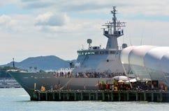 Visitantes HMNZS a bordo Wellington (P55) Imágenes de archivo libres de regalías