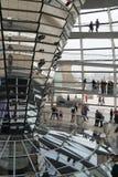 Visitantes a la bóveda en el Parlamento alemán Fotos de archivo libres de regalías