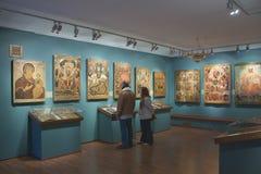 Visitantes a la exposición de iconos Foto de archivo libre de regalías