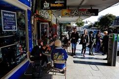 Visitantes na estrada de K em Auckland, Nova Zelândia Foto de Stock