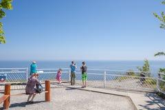 Visitantes na plataforma da visão de Königsstuhl em Sassnitz imagens de stock