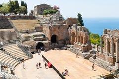 Visitantes no antico di Taormina de Teatro no verão Imagens de Stock