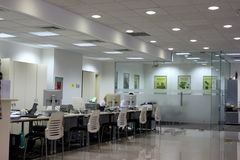 Visitantes no escritório do banco da porcelana Imagens de Stock