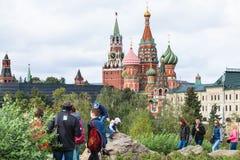 Visitantes no monte no parque e no Kremlin de Zaryadye Imagem de Stock