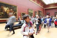Visitantes no museu do Louvre, o 3 de maio de 2013 na paridade Fotografia de Stock Royalty Free