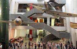 Visitantes no museu imperial recondicionado da guerra Foto de Stock