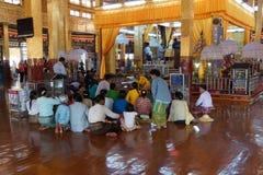 Visitantes no pagode de Hpaung Daw U imagens de stock