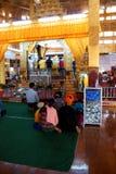Visitantes no pagode de Hpaung Daw U fotos de stock royalty free