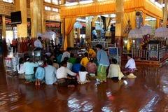 Visitantes no pagode de Hpaung Daw U fotos de stock