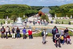 Visitantes no palácio Versalhes do jardim em Paris, França Foto de Stock Royalty Free