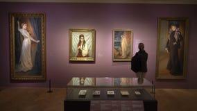 Visitantes no Sinebrychoff Art Museum em Helsínquia, Finlandia vídeos de arquivo