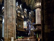 Visitantes perto do presbitério em Milan Cathedral fotografia de stock royalty free