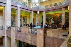 Visitantes que admiram as pinturas murais no Palacio de Bellas Artes em Cidade do México foto de stock
