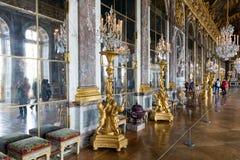 Visitantes que admiram o Salão do palácio Versalhes dos espelhos perto de Paris, França Imagens de Stock Royalty Free