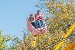 Visitantes que apreciam o parque de diversões na mostra anual de Bloem Fotografia de Stock