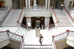 Visitantes que caminan abajo de Art Institute de la escalera magnífica de Chicago Fotos de archivo