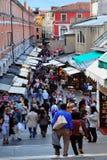 Visitantes que caminan abajo hacia el mercado de pescados de Venecia, Italia Imagenes de archivo