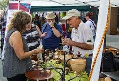 Visitantes que compram - Olde Salem Days Fotos de Stock Royalty Free