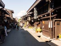Visitantes que dão uma volta no distrito histórico de Sannomachi de Takayama, Japão foto de stock
