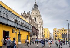 Visitantes que despiertan a alcalde Lima Peru de la plaza fotografía de archivo