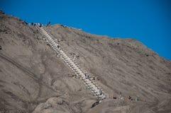 Visitantes que escalam a escadaria para a borda de Gunung Bromo, Java, Indonésia foto de stock royalty free