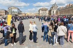 Visitantes que esperam em filas longas para visitar o palácio de Versalhes, Paris, França Fotografia de Stock