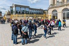 Visitantes que esperam em uma fila para visitar o palácio de Versalhes, Paris, França Imagem de Stock