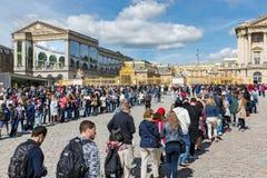 Visitantes que esperan en colas de administración del tráfico largas para visitar el palacio de Versalles, París, Francia Fotografía de archivo libre de regalías