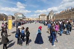 Visitantes que esperan en colas de administración del tráfico largas para visitar el palacio de Versalles, París, Francia Imagenes de archivo