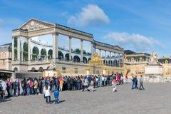 Visitantes que esperan en una cola para visitar el palacio de Versalles, París, Francia Imagen de archivo