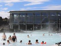 Visitantes que gozan del balneario geotérmico de la laguna azul famosa en Islandia Imagen de archivo libre de regalías