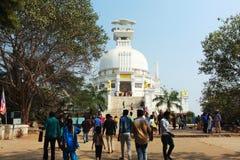 Visitantes que gozan en el templo del dhauli imagenes de archivo